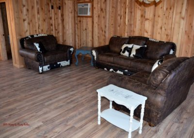 grooms-cabin-couches